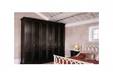 ארון עץ שחור עם דלתות